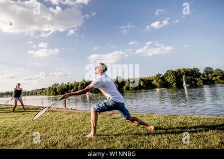 Jouer au badminton, le lac réservoir Bucher, Rainau, près de Aalen, Ostalbkreis, Bade-Wurtemberg, Allemagne Banque D'Images