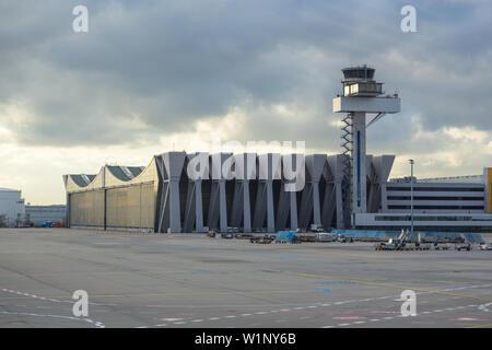 Francfort, Allemagne- 08 novembre 2014: Vue de l'aéroport de Francfort sur le Main building. Les grands et le plus grand aéroport international de l'Allemagne. Banque D'Images