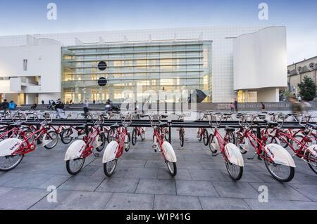 Un service de location de vélos, MACBA, Musée d'Art Moderne par Richard Maier, Barcelone, Catalogne, Espagne Banque D'Images