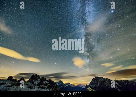 Voie lactée au-dessus du groupe Cadini et Monte Cristallo, de cabane Auronzo-Huette, Tre Cime, Dolomites de Sexten Dolomites, Site du patrimoine mondial de l'UNESCO, Dolomites Banque D'Images