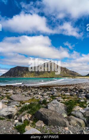 Flakstad plage, îles Lofoten, Norvège sur une belle journée de printemps avec la mer d'azur Banque D'Images