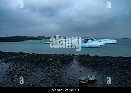 Les icebergs floating Glacier Jökulsárlón Lagoon un jour de printemps, dans le sud-est de l'Islande Banque D'Images