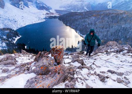 Homme randonnée dans les conditions hivernales, l'Nublet, Mount Assiniboine Provincial Park, British Columbia, Canada