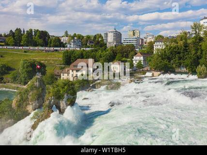 Laufen, Suisse - 7 juin 2019: les chutes du Rhin cascade vu depuis le château de Laufen, bâtiments de la ville de Neuhausen am Rheinfall dans la b Banque D'Images