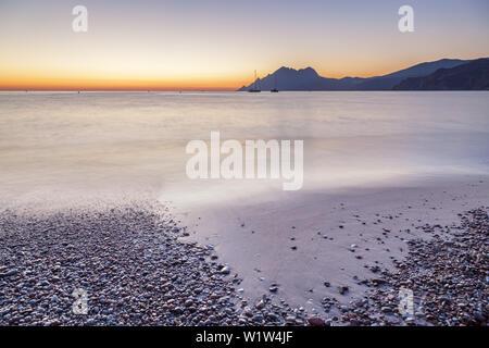 La plage de Porto et le Golf de Porto dans la lumière du soir après le coucher du soleil, l'ouest de la Corse, Corse, France du Sud, France, Europe du Sud, Europe Banque D'Images