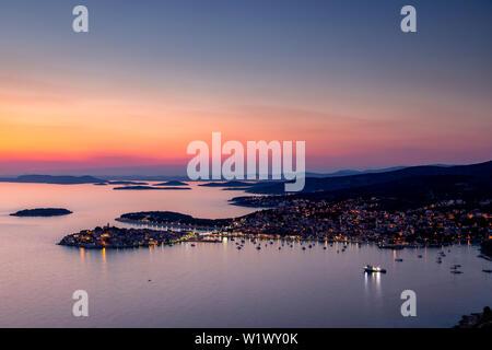 Crépuscule sur Primosten sur la côte de la Croatie Banque D'Images