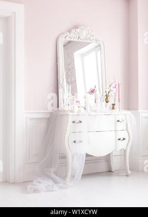 Chambre Royale. Place pour le maquillage des filles. Blanche élégante coiffeuse avec miroir à la lumière de l'intérieur de luxe classique. Banque D'Images