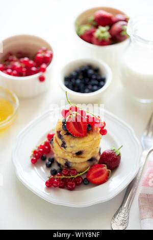 Pile de crêpes (syrniki) avec fraise, groseille rouge et blanc sur les bleuets. backgraund Soft focus. Concept de saine alimentation Banque D'Images
