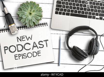 Vue de dessus du texte nouvel épisode de podcast sur le bloc-notes avec un ordinateur portable, plante en pot et d'enregistrement microphone de table en bois blanc, le podcasting concept Banque D'Images