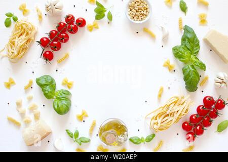 Arrière-plan de l'alimentation avec des ingrédients traditionnels de la cuisine méditerranéenne sur fond blanc. Vue de dessus avec l'exemplaire de l'espace. Cuisine italienne.