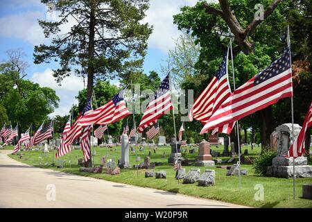 Elgin, Illinois, USA. American flags routes à un cimetière. Les drapeaux sont sur l'affichage pendant les périodes de vacances comme jour commémoratif et Independenc Banque D'Images