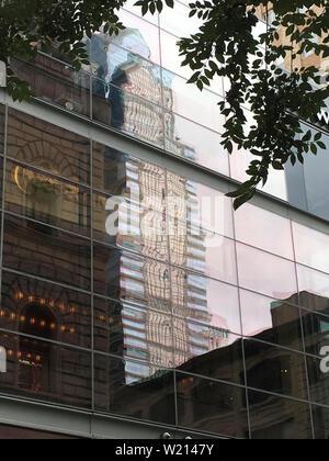 Reflet de Liberty Place immeuble de bureaux sur le côté d'un immeuble de bureaux dans le quartier des affaires du centre-ville de Philadelphie Banque D'Images
