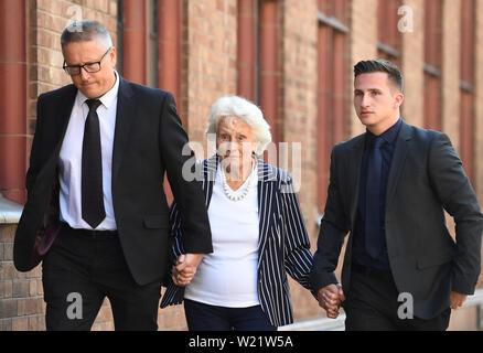 La famille d'Helen Bailey, y compris son frère Adrian (à gauche) et sa mère Margaret (centre) Arrivée à Birmingham enquête du Tribunal pour l'enquête sur le meurtre présumé de huit ans, Helen Bailey, il y a 43 ans. Banque D'Images