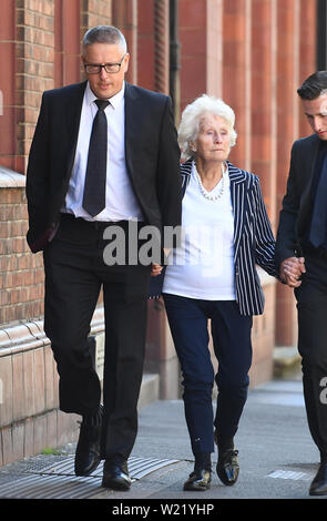 La famille d'Helen Bailey, y compris son frère Adrian (à gauche) et sa mère Margaret (à droite) Arrivée à Birmingham enquête du Tribunal pour l'enquête sur le meurtre présumé de huit ans, Helen Bailey, il y a 43 ans. Banque D'Images