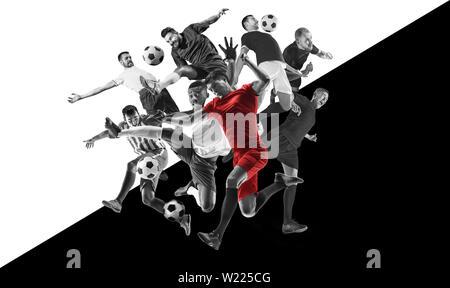 Les joueurs de soccer ou de football masculin pendant la lecture émotionnelle. Les sportifs de l'équipe deux combats pour l'objectif. Noir et blanc Création collage de 6 personnes. Mouvement, action, mouvement, sport et mode de vie sain. Banque D'Images