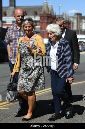 Margaret Bailey (droite), la mère d'Helen Bailey, laisse les coroners Birmingham, où une nouvelle enquête a jugé que la fillette de huit ans a été tué illégalement. Banque D'Images
