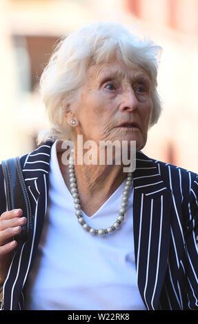 Margaret Bailey, la mère d'Helen Bailey, laisse les coroners Birmingham, où une nouvelle enquête a jugé que la fillette de huit ans a été tué illégalement. Banque D'Images