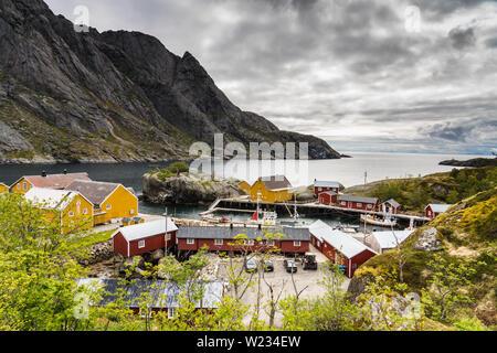 Village de Nusfjord harbour,îles Lofoten, Norvège sur une journée de printemps calme Banque D'Images