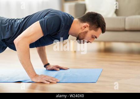 Man doing poussez se lève à la maison
