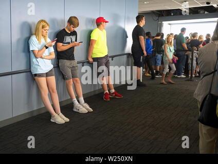 La Willis Tower, Chicago, IL USA. Aug 2018. En général, les adolescents collés sur leur cellulaire en attendant de se rendre à l'Skydeck.