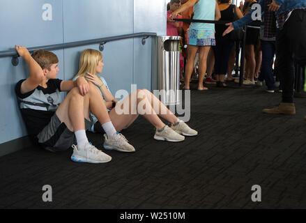 La Willis Tower, Chicago, IL USA. Aug 2018. Frères et soeurs assis sur le plancher à attendre leur tour sur le Skydeck