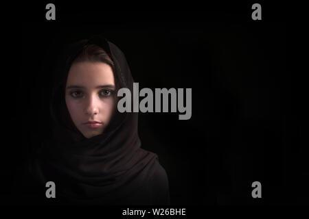 Fille arabe close-up. Les yeux de la fille arabe.Jeune femme arabe en hijab. close-up beaux yeux mystérieux est de femme portant un hijab Banque D'Images