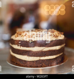 Vue rapprochée d'une couche de chocolat et caramel salé gâteaux dans une boulangerie. Format carré. Banque D'Images