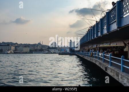 Pont de Galata Istanbul dispose de deux niveaux: au niveau supérieur, les pêcheurs pêchent dans le Bosphore, à l'étage inférieur il y a de nombreux cafés et restaurants Banque D'Images
