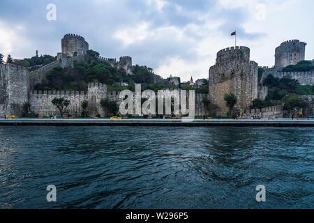 Château Rumeli (Rumelihisari) vu de sur un traversier sur le Bosphore, Istanbul, Turquie Banque D'Images