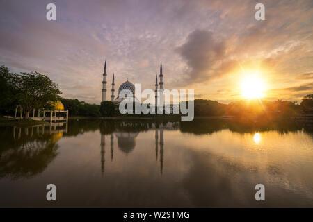Également connu sous le nom de mosquée bleue Sultan Salahuddin Abdul Aziz Shah mosquée pendant le lever du soleil glorieux. Banque D'Images