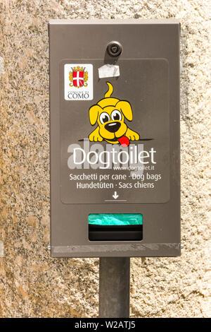 Le lac de Côme, Italie - Juin 2019: panneau indiquant les toilettes pour chiens et la tenue d'un distributeur pour les propriétaires d'animaux à ramasser les excréments de chien. Banque D'Images