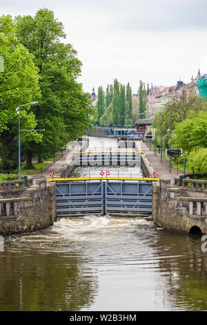 Système de la passerelle dans la ville sur la Vltava, dans le processus de pompage de l'eau Banque D'Images