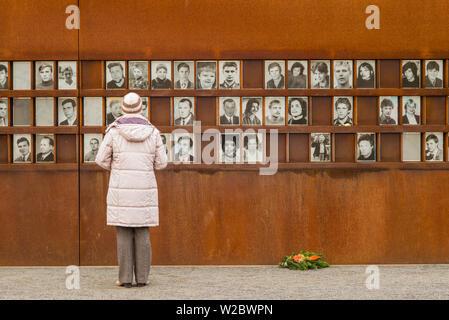 Allemagne, Berlin, Prenzlauer Berg, Mémorial du Mur de Berlin, des photos de gens tués par des gardes-frontière s'échapper est de Berlin Banque D'Images
