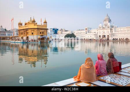 L'Inde, Punjab, Amritsar, pèlerins dans le Harmandir Sahib, connu comme le Temple d'Or Banque D'Images