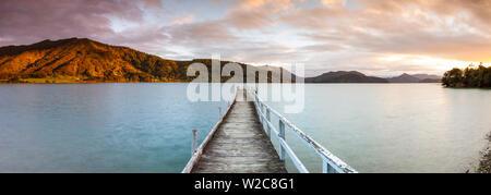 Coucher de soleil sur le quai pittoresque dans un cadre idyllique, son Kenepuru Marlborough Sounds, île du Sud, Nouvelle-Zélande Banque D'Images