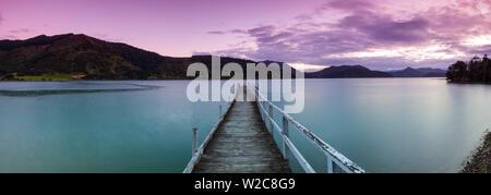 Le crépuscule tombe sur le quai pittoresque dans un cadre idyllique, son Kenepuru Marlborough Sounds, île du Sud, Nouvelle-Zélande Banque D'Images