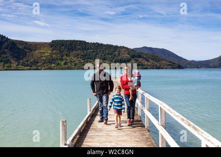 Balades en famille sur le quai pittoresque dans l'idyllique Kenepuru Sound, Marlborough Sounds, île du Sud, Nouvelle-Zélande Banque D'Images