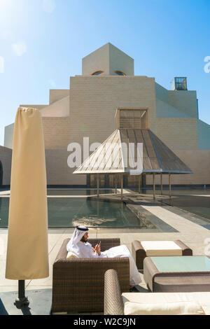 L'homme arabe sur téléphone mobile, Musée d'Art Islamique, Doha, Qatar