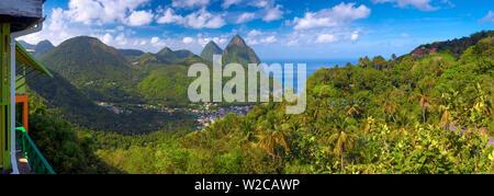Caraïbes, St Lucia, petit (près de Gros Piton) et montagnes (Site du patrimoine mondial de l'UNESCO) au-dessus de la ville de Soufrière, à partir de la balise Restaurant Banque D'Images