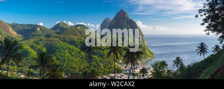 Caraïbes, St Lucia, petit (près de Gros Piton) et montagnes (Site du patrimoine mondial de l'UNESCO) au-dessus de la ville de Soufrière Banque D'Images