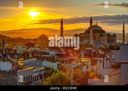 La Turquie, Istanbul, Sultanahmet, le lever du soleil sur la basilique Sainte-Sophie (Ayasofya) ou grecque orthodoxe, basilique, mosquée impériale, et maintenant un musée Banque D'Images