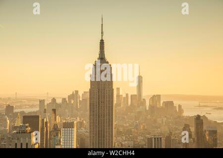 Empire State Building (One World Trade Center derrière), Manhattan, New York City, New York, USA