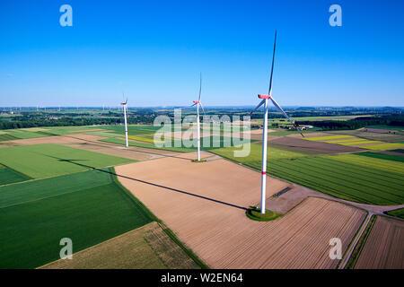 Vue aérienne des éoliennes dans la campagne Banque D'Images