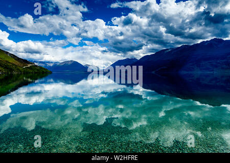 Le lac Wakatipu et sur les montagnes de Queenstown à Glenorchy Road, South Island, New Zealand Banque D'Images