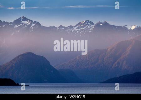 Le lac Manapouri et paysages de montagne, le Parc National de Fiordland, île du Sud, Nouvelle-Zélande Banque D'Images