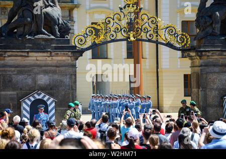 Prague, République tchèque - 27 juin 2019: foule devant le Château de Prague à regarder et prendre des photos de l'évolution de la garde du château de Prague. Défendre le siège de président de la République tchèque. Banque D'Images