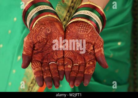 En montrant son épouse indienne mehendi Banque D'Images