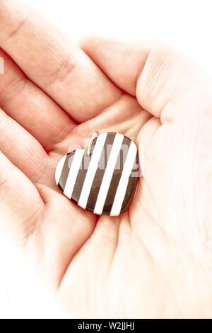 Une main tenant le coeur - soins de santé, l'amour, de don et de la famille concept d'assurance,la journée mondiale du coeur, la Journée mondiale de la santé, le concept de RSE, adoption famille d'accueil Banque D'Images