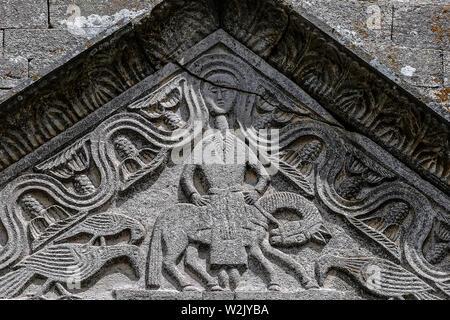 Italie Molise Matrice (CB) - Eglise Santa Maria della Strada XI - XII siècle - la femme, dont la chevelure forme une rivière avec des boucles de Douze et Douze arbres, est la personnification de Jérusalem - bas-relief sur le portail