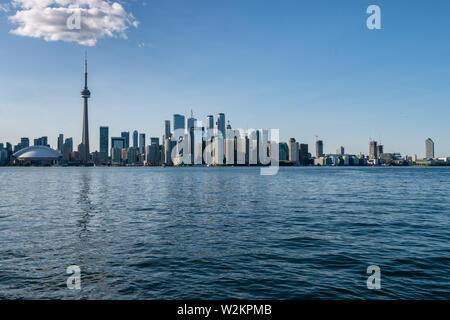 Toronto, CA - 23 juin 2019: Toronto skyline en été depuis les îles de Toronto.